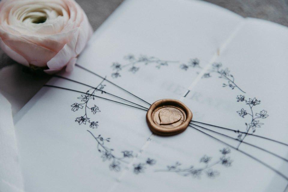 Moderne Hochzeitseinladung mit Siegelstempel in Herzform