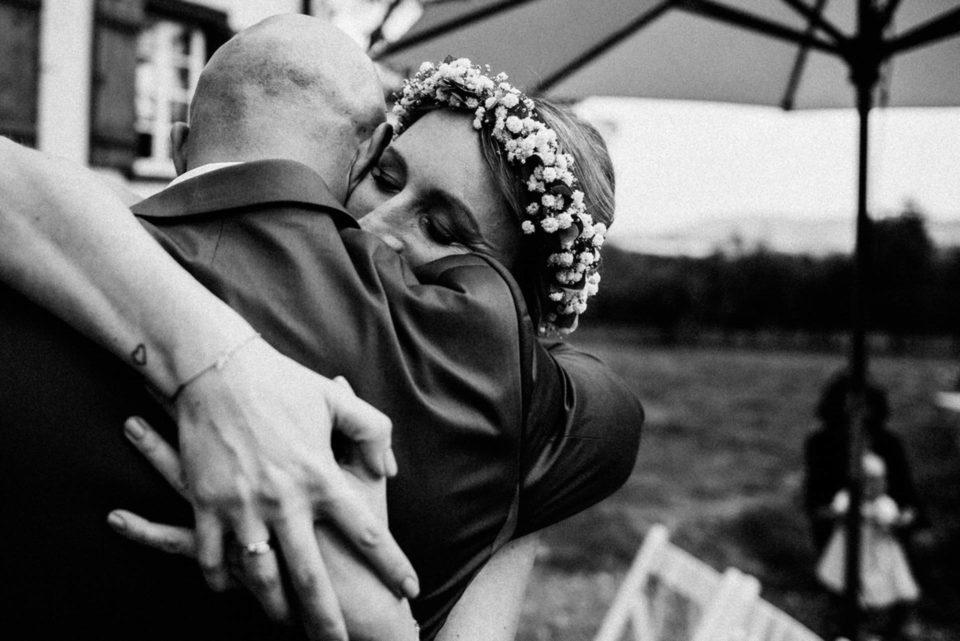 Brautpaar umarmt sich nach Eheversprechen