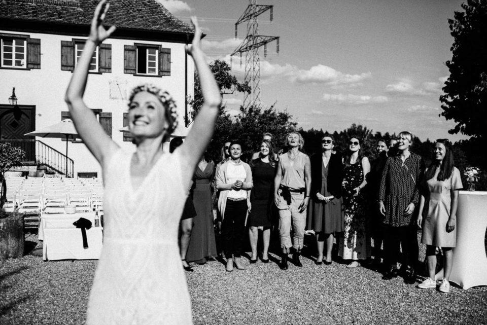 Braut schmeißt Brautstrauß