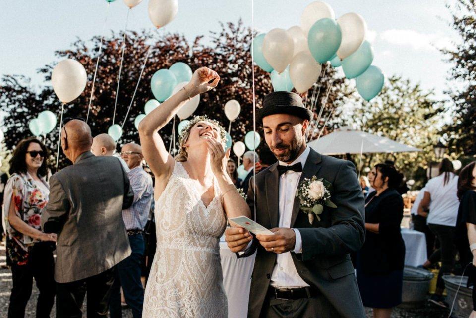 September Hochzeit, Brautpaar lässt Luftballons mit Wünschen steigen