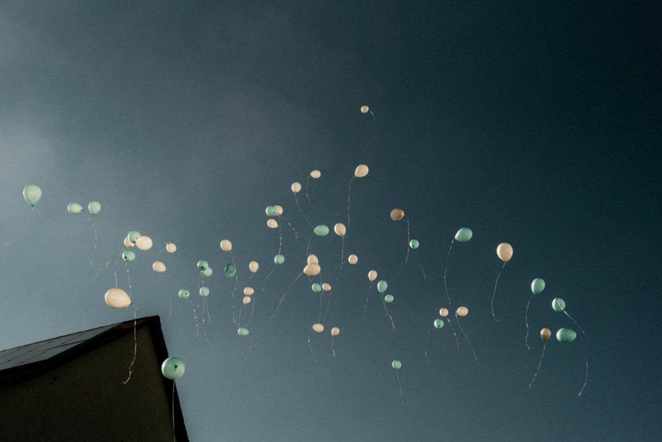 Luftballons am Himmel von Hochzeitsgesellschaft