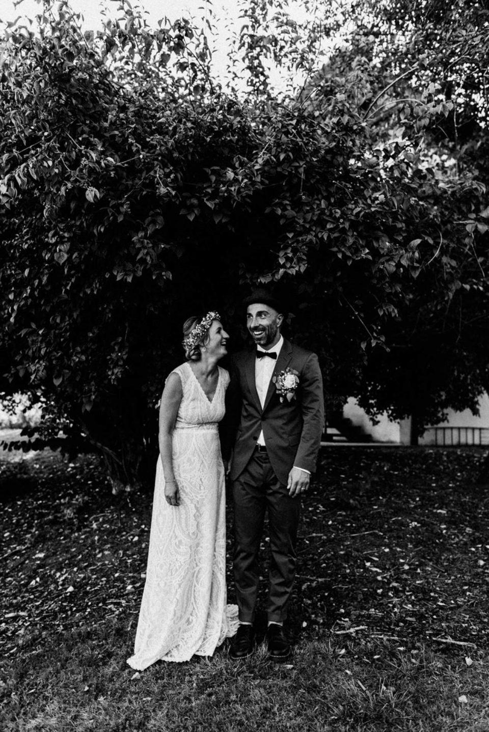 Brautpaar lacht zusammen bei September Hochzeit