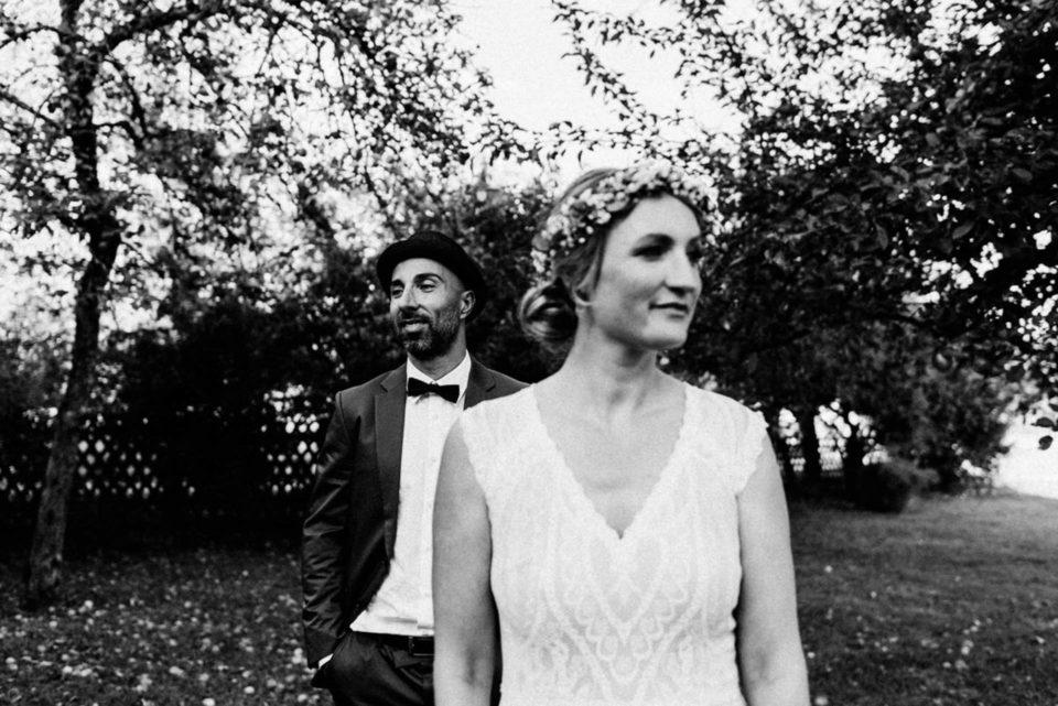 Lässiges Boho Brautpaar schaut in unterschiedliche Richtungen