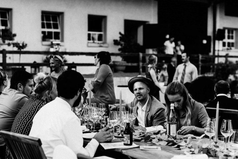 Hochzeitsgesellschaft am Tisch