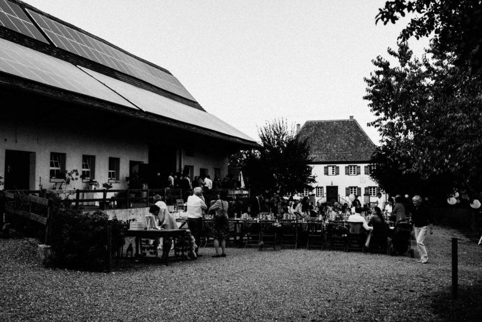 Hochzeitsgesellschaft schwarz/weiß auf Hofgut Dornsberg