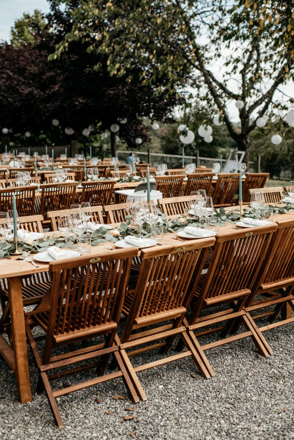 Hochzeitstische mit Deko im Freien