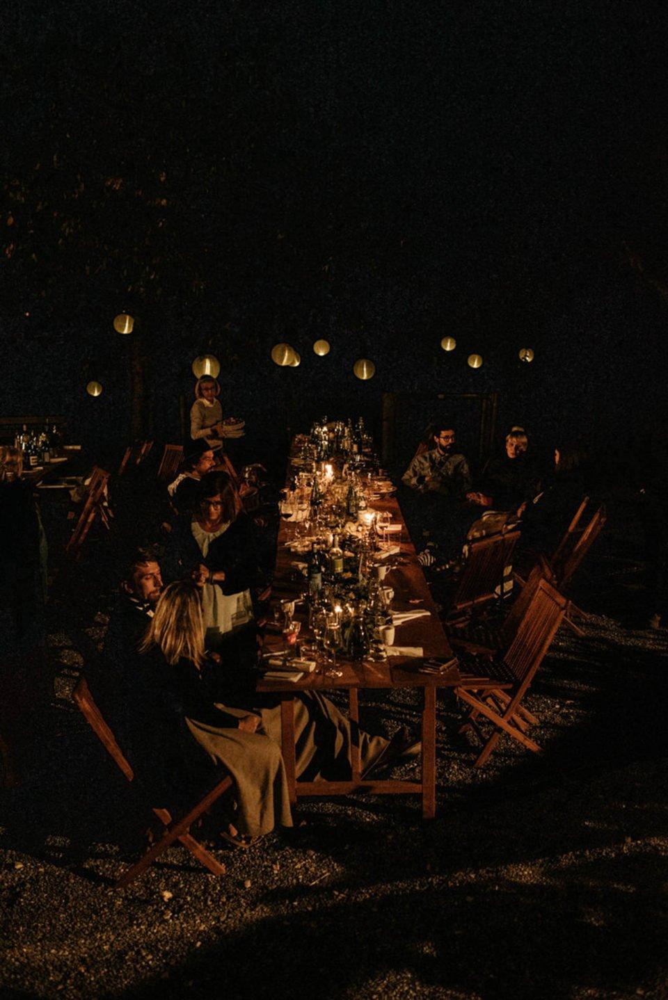 September Hochzeit mit Hochzeitsgesellschaft im Freien im Dunklen