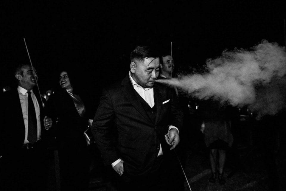 Hochzeitsgast raucht