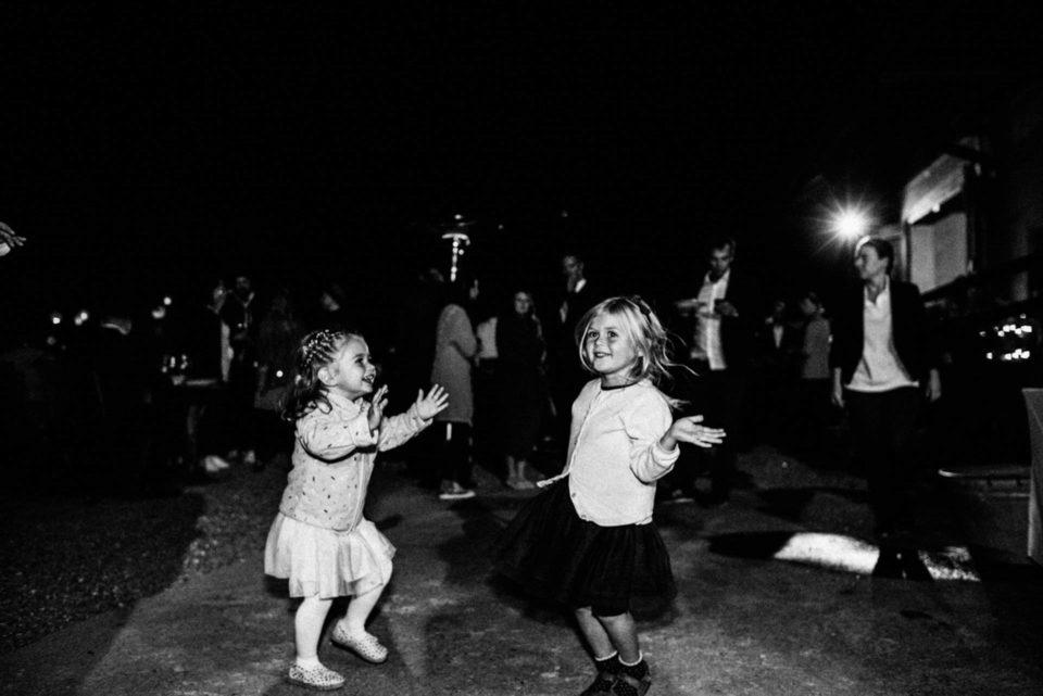 Kinder tanzen bei September Hochzeit nachts im Freien