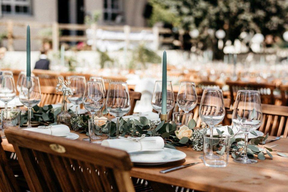 Tischdeko mit Eukalyptus im Freien bei Hochzeit im Septmeber