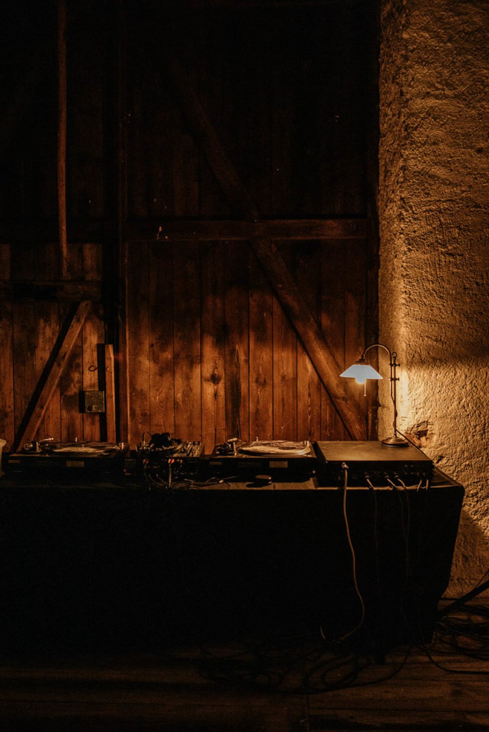DJ Pult in Scheune auf Hofgut Dornsberg
