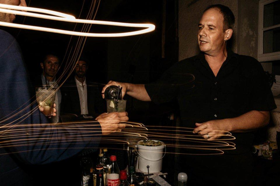 Barkeeper schenkt Cocktails aus