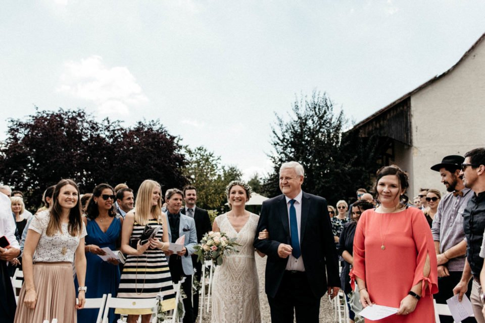 Braut wird vom Vater zur Trauung gebracht