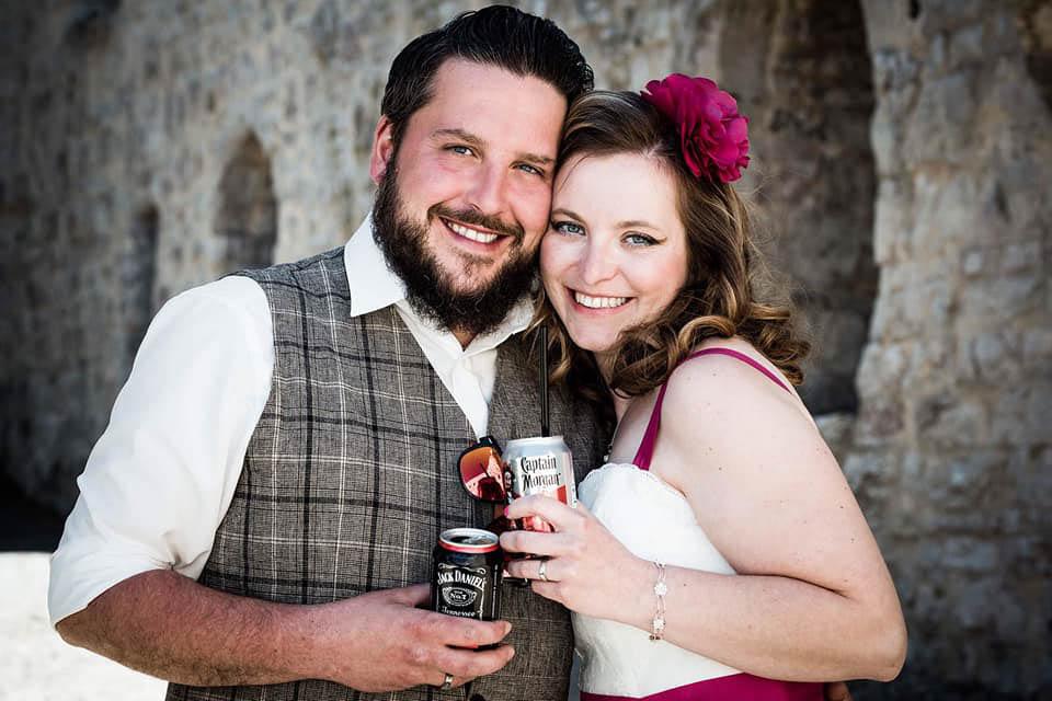 glückliches Corona Brautpaar bei standesamtlicher Trauung im April