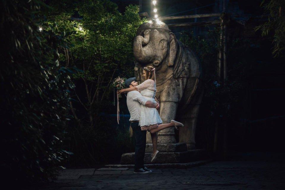 Hochzeit im Zoo Hannover, Bräutigam umarmt Braut und trägt sie in der Luft