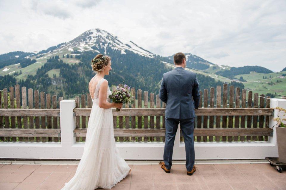First Look - die Braut auf dem Weg zu ihrem Bräutigam