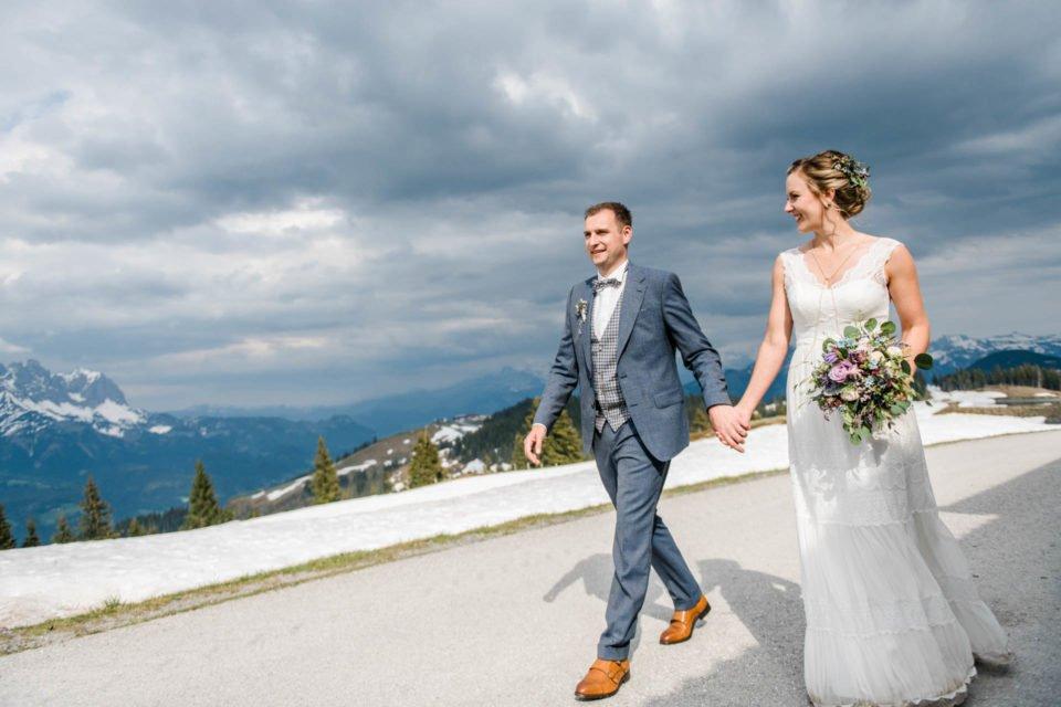 Hochzeit im Mai am wilden Kaiser, Brautpaar Hand in Hand