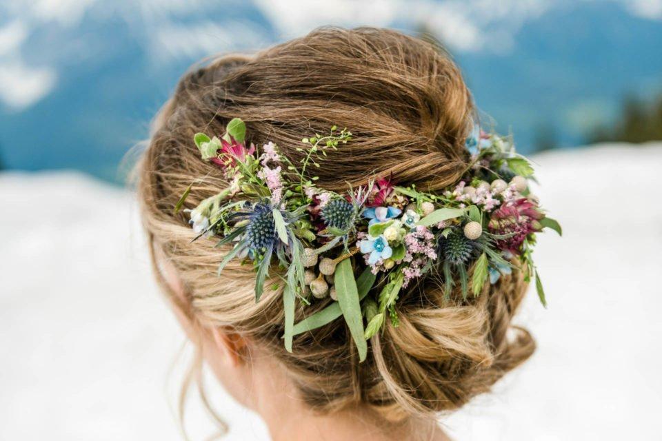 Maibraut mit Blumenschmuck im Haar