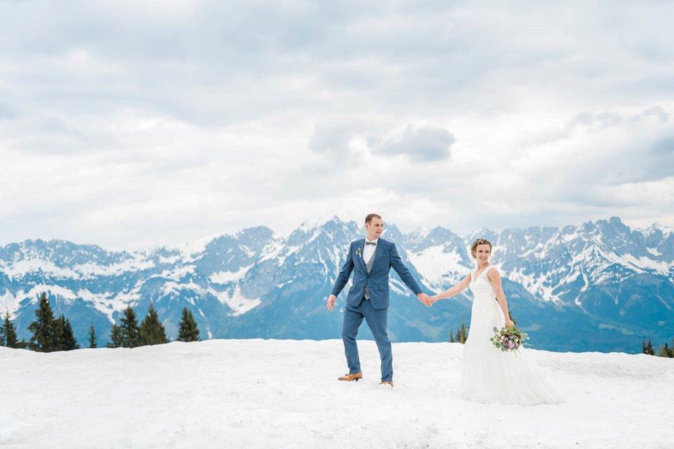 Brautpaar im Schnee bei Hochzeit im Mai