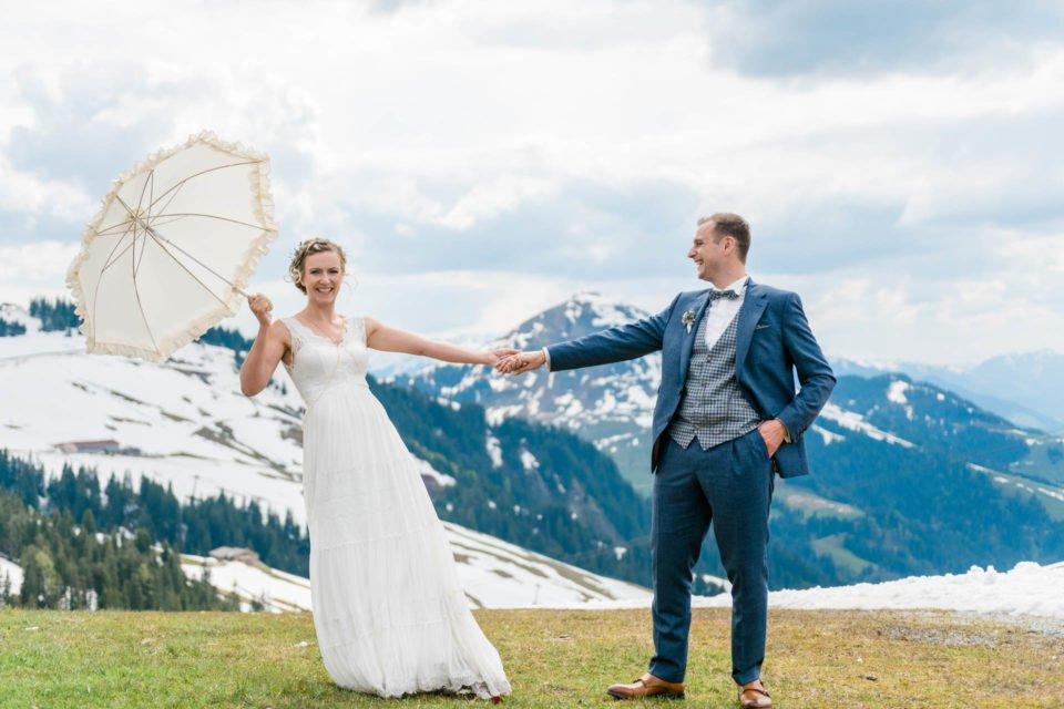 Hochzeit im Mai, Brautpaar beim Fotoshoot am wilden Kaiser