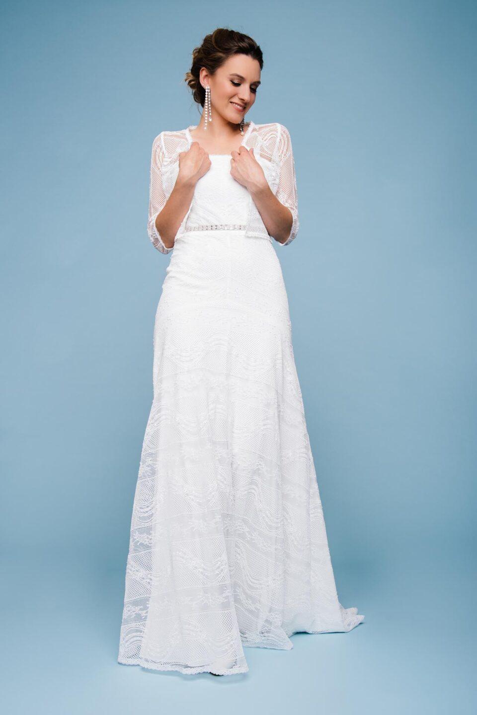 Corsagen-Brautkleid mit Spitze und passender Brautjacke