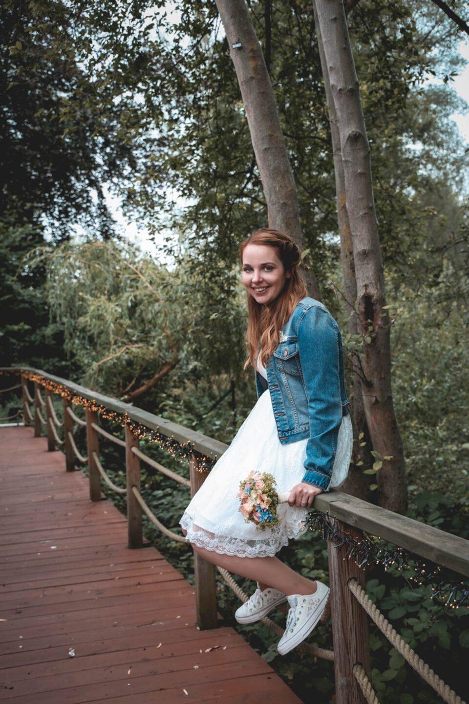 Braut mit Chucks und Jeansjacke