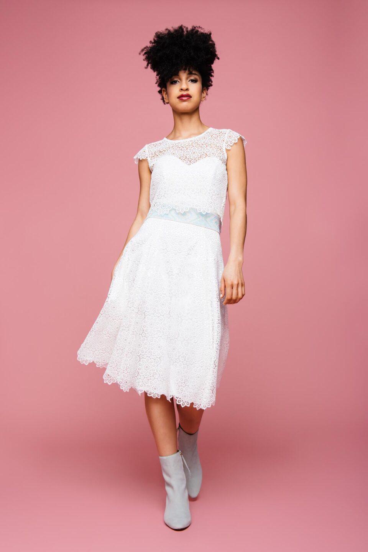 kurzes Brautkleid mit Herzauschnitt und Spitzenbolero