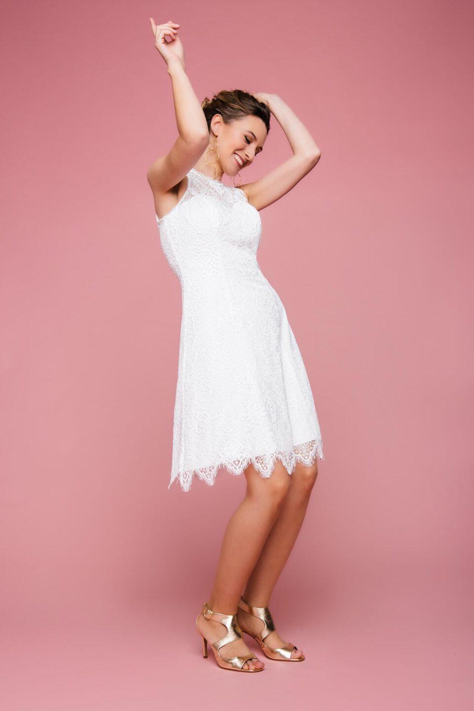 Schmal geschnittenes Brautkleid sportlich