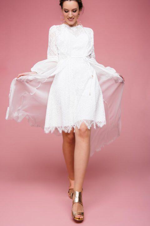 Kurzes Brautkleid mit Spitze und Seidenmantel