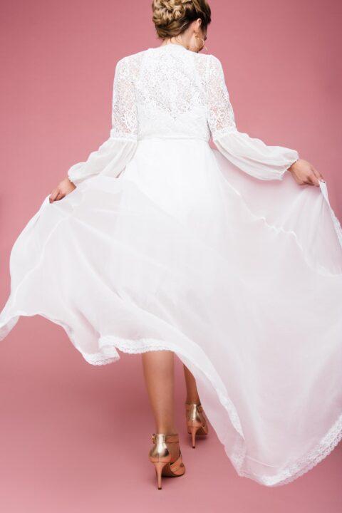 Kurzes Hochzeitskleid mit Seidenmantel