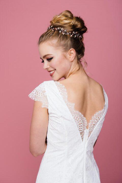 Hochzeitskleid mit V-Ausschnitt und Spitzenkante von hinten