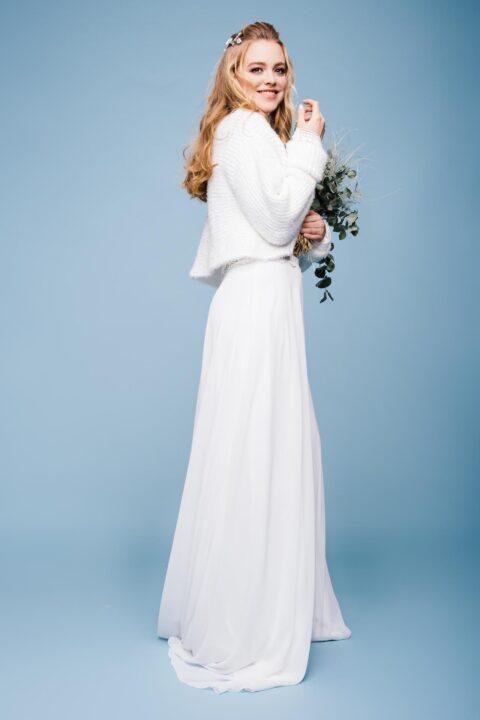 Hochgeschlossenes Hochzeitskleid mit Braut-Pulli aus Strick