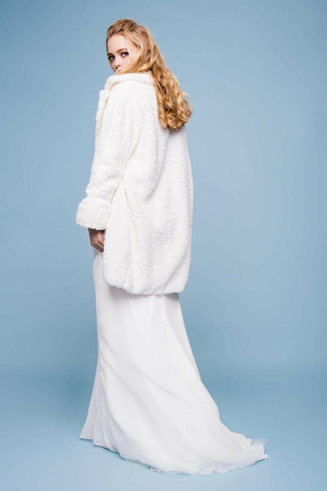 Hochzeitskleid mit kuscheligem Brautmantel im Teddy Stil