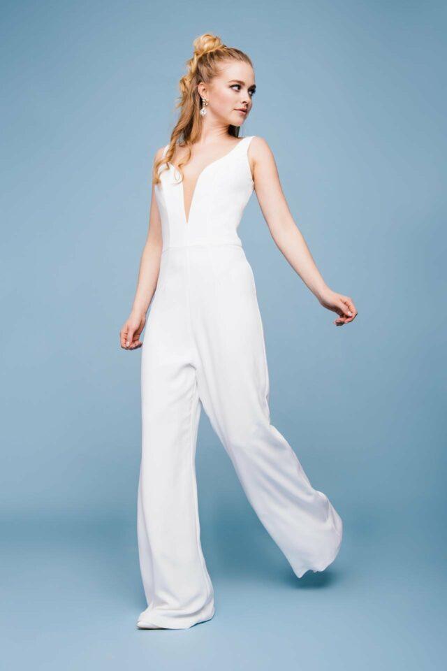 Hosenanzugs-Look zur Hochzeit – Overall mit tollem Ausschnitt & Blazer – Lee