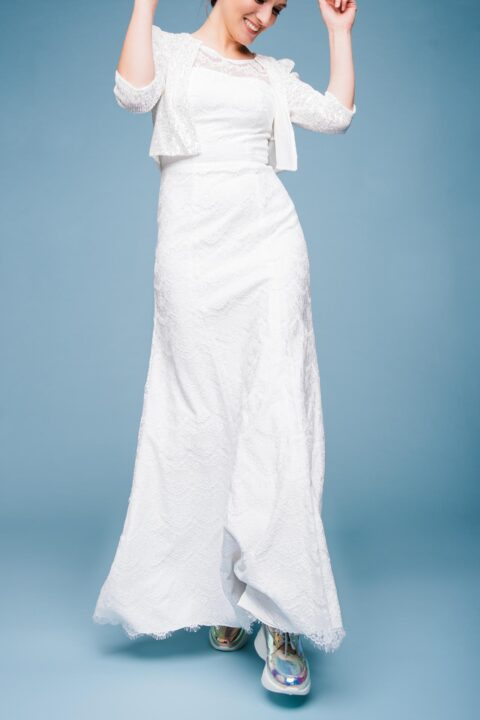 Hochzeitskleid aus Spitze mit Brautjacke aus Pailletten