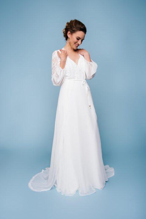 leichtes Brautkleid mit Seidenrock und Brautmantel aus Seide