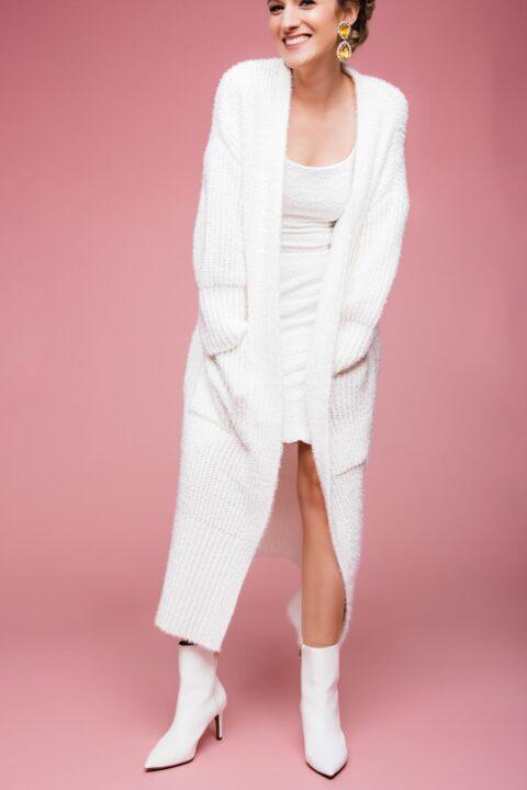 Kurzes Stretch-Brautkleid mit Karree-Ausschnitt & Strick-Mantel