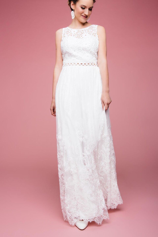 Modernes Boho Brautkleid mit grober Spitze und transparentem Taillenbund