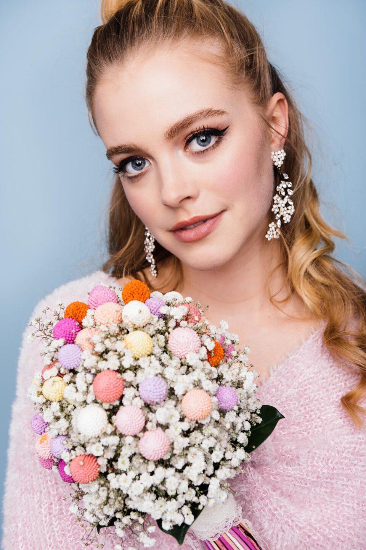 Braut mit Strickpulli und Brautstrauß aus Trockenblumen