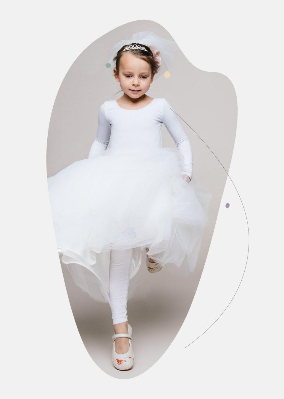 Kind spielt mit bzw. im Brautkleid
