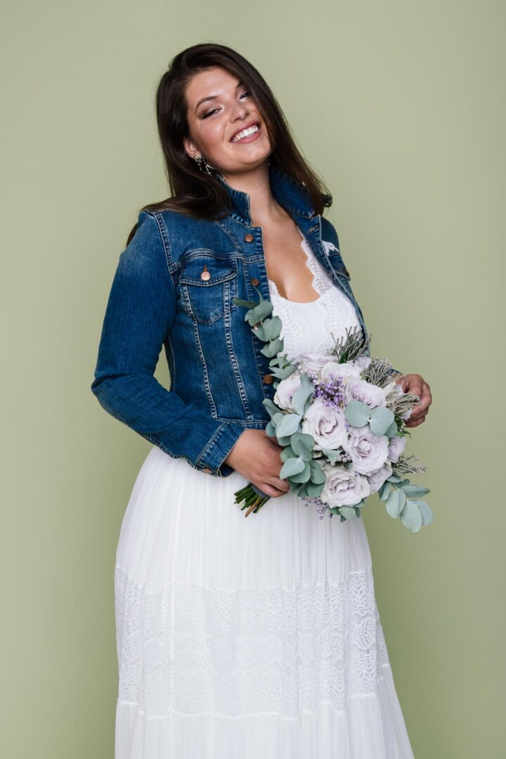 Boho Brautkleid große Größen Amaia mit Jeansjacke