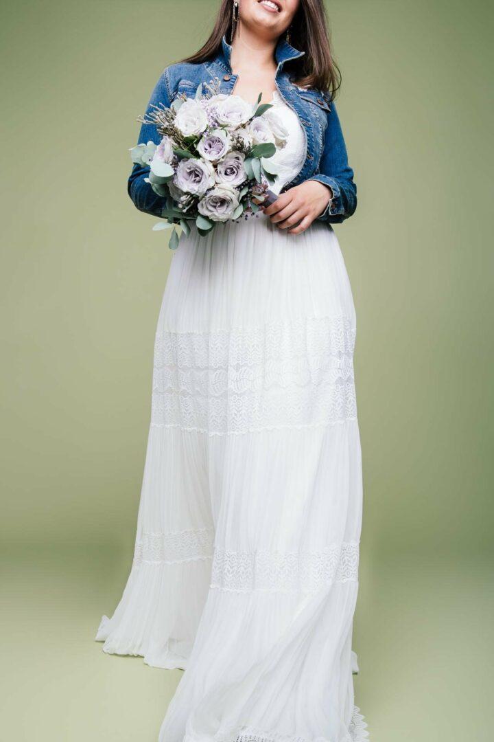 Boho Brautkleid große Größen Amaia mit Brautstrauß