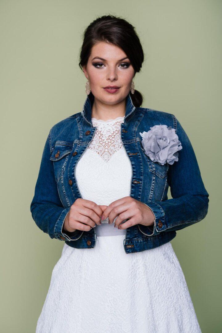 Plus Size Braut mit Jeansjacke