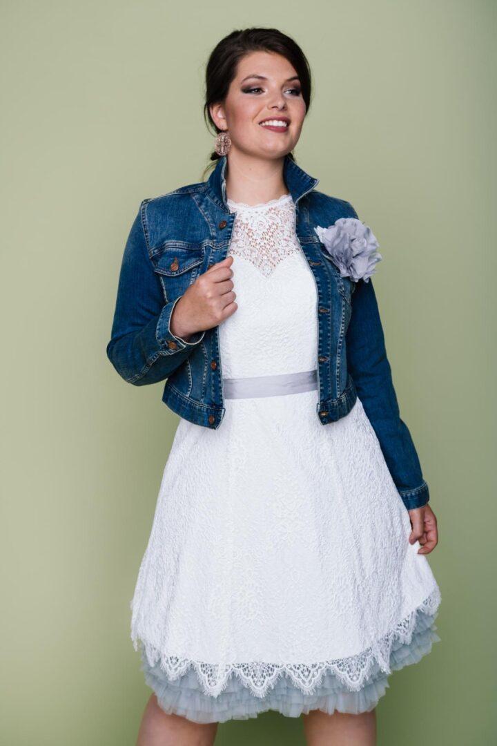 kurzes Plus Size Brautkleid mit Jeansjacke