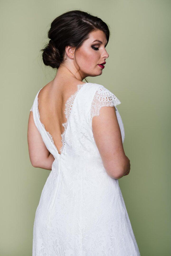 Plus Size Hochzeitskleid mit V-Ausschnit hinten und vorne