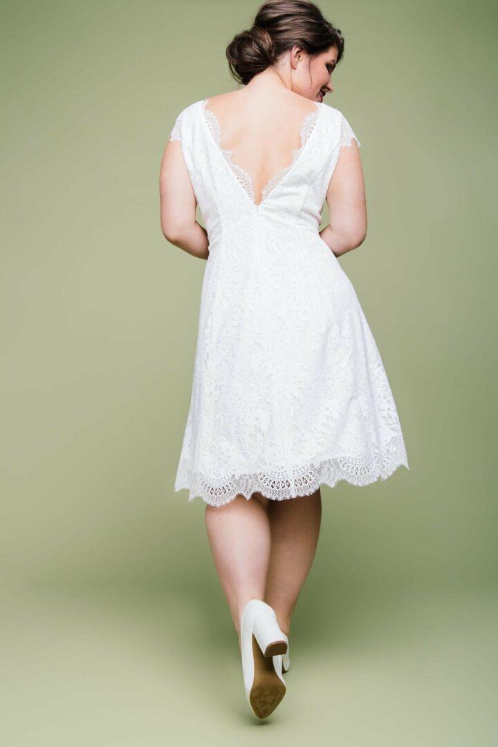 Plus Size Brautkleid knielang mit V-Ausschnitt von hinten