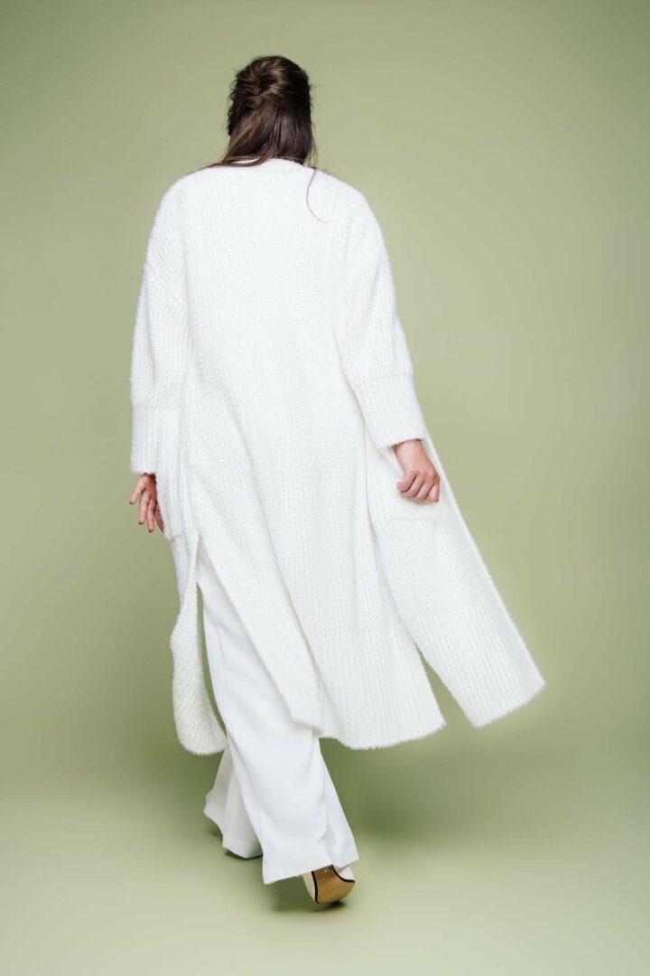 Plus Size Braut mit Strickmantel von hinten