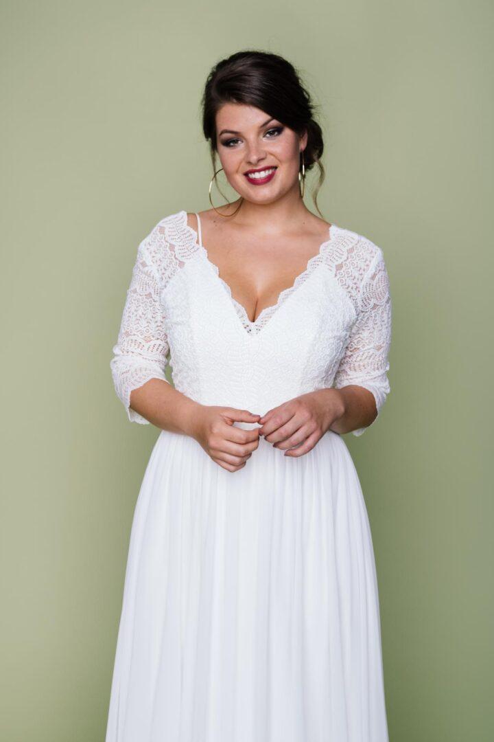Curvy Brautkleid schlicht mit V-Neck Brautbolero aus Spitze