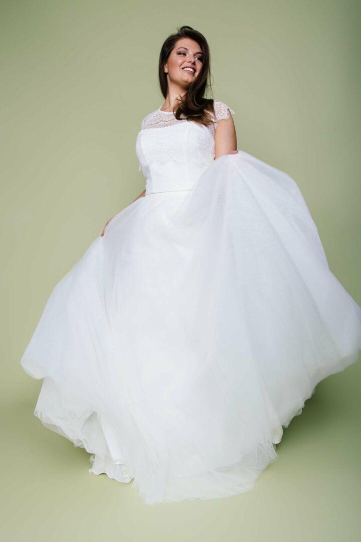 Brautmode in großen Größen mit voluminösem Tüllrock und Spitzenbolero