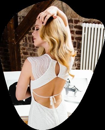 Möchtest du mit deinem Brautrücken außergewöhnlich entzücken? Dann wirst du hier sicher fündig! Wir lieben rückenfreie Brautmode sehr und teilen die Vielfalt unserer originellen Rückenausschnitte gerne mit dir. Lass' dich gleich von sinnlichen Rückendekolletés verzaubern.